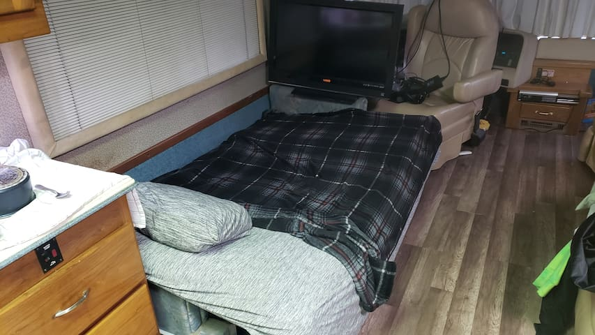Nice bed in a very safe area. Close to the Ocean.