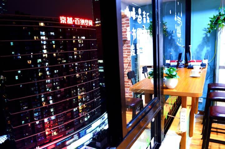 【大剧院KK Mall旁】超赞城景高层女生四人间 · City View Girls' Dorm