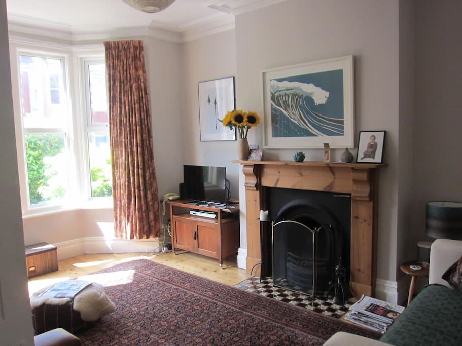 Spacious living room with two sofas and an easy chair, fireplace, SmartTV, DVD player and wifi
