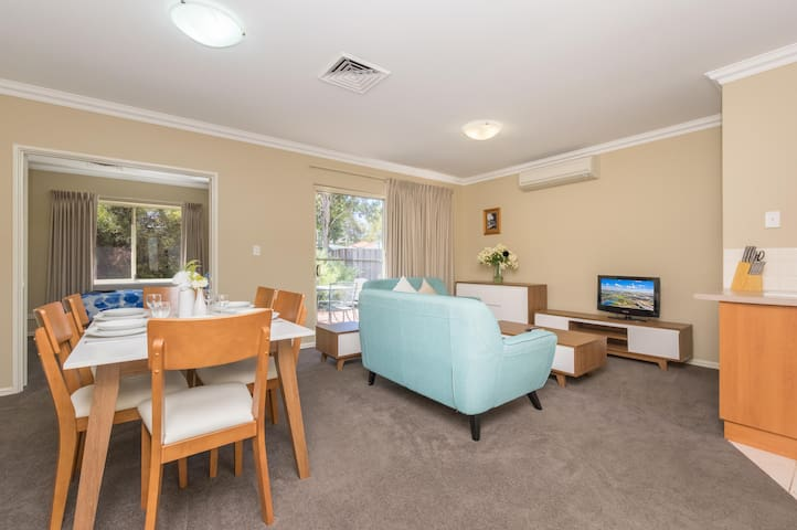 3 BR villa, 11km to Swan Valley, pool!