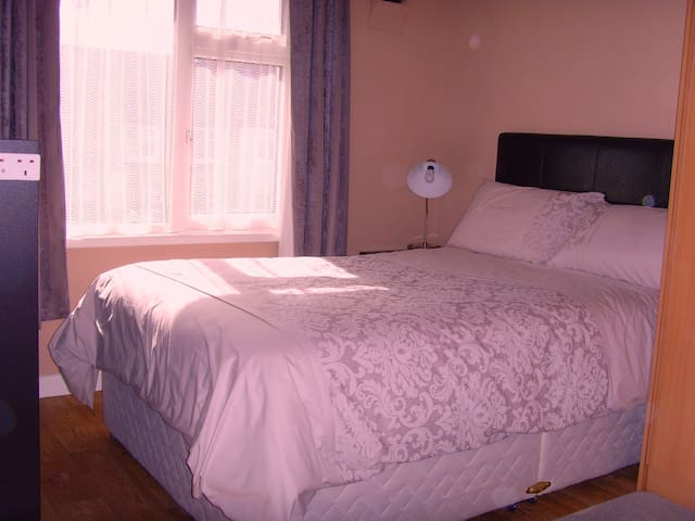 Private Room In Private Residence Close To Airport - Artane - Casa