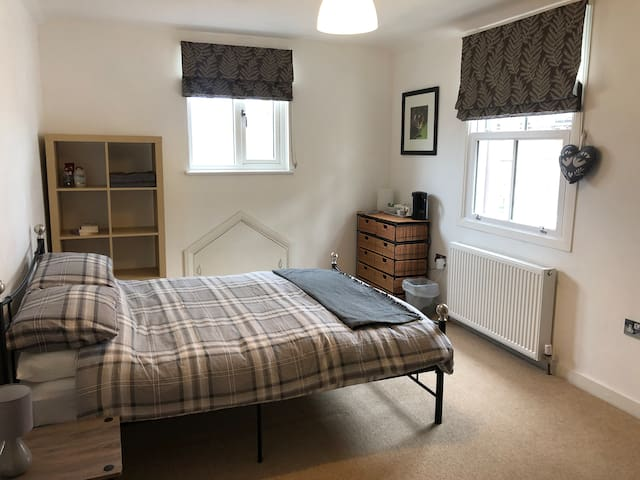 City Centre Quaint Room - Open to longer lets.