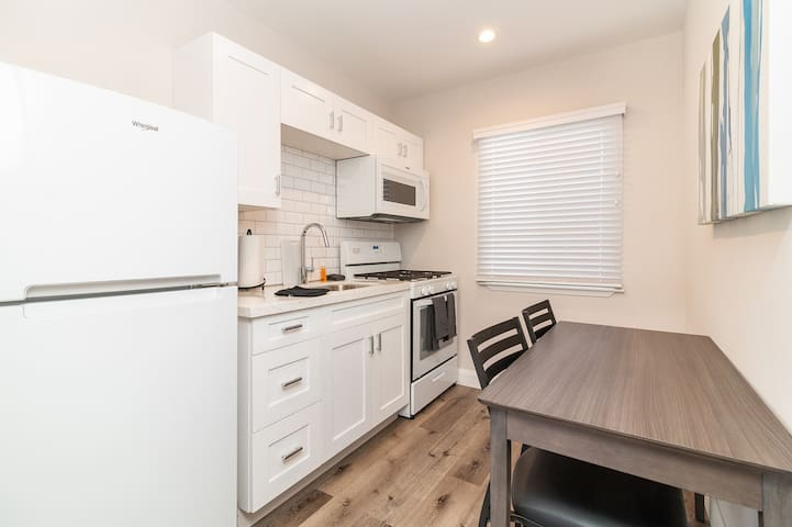 Modern Apartment - Conveniently Located!