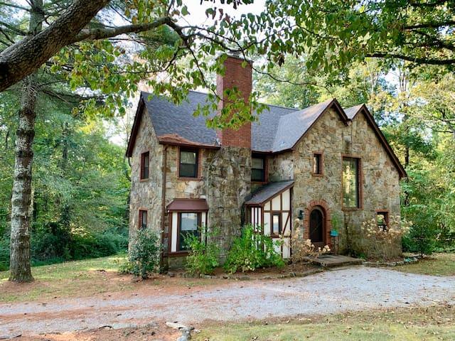 Fairy-tale historic Sewanee home (on campus)