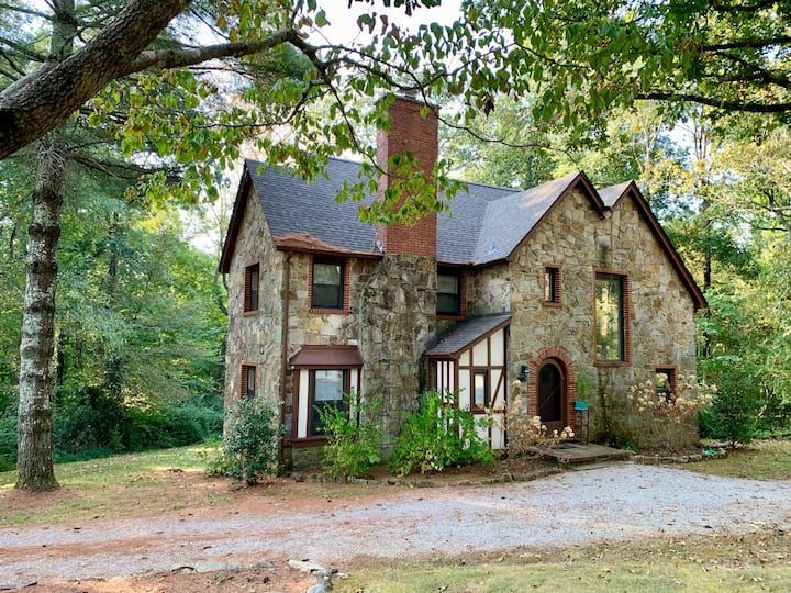 Fairy-tale historic Sewanee home (on campus)