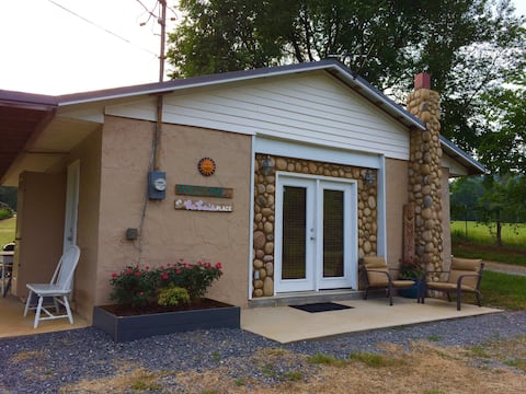 LaLa's Place a 129 country cottage  ~foothills GSM