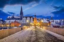 Winterlicher Blick aus Richtung der Wohnung auf den Regensburger Dom und die Steinerne Brücke über die Donau