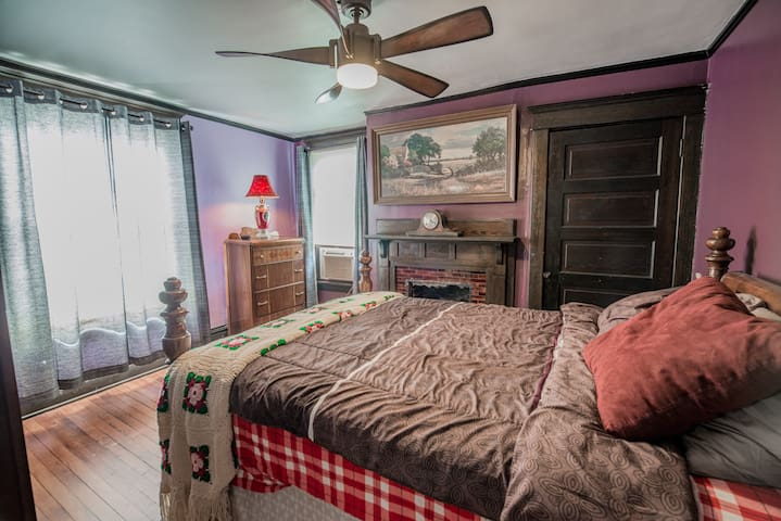 Charming Room in Historic Area Close to Downtown