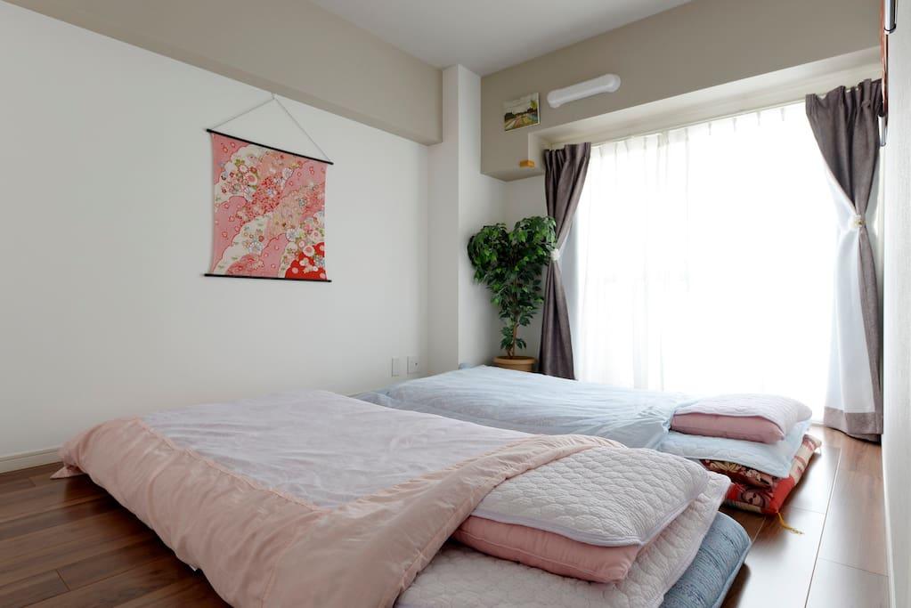 このように布団を敷いていただければ2人がちょうどよく寝れます(最大3人?)。Japanese Bedding:we have Futon for 3 people but 2 people are the best.
