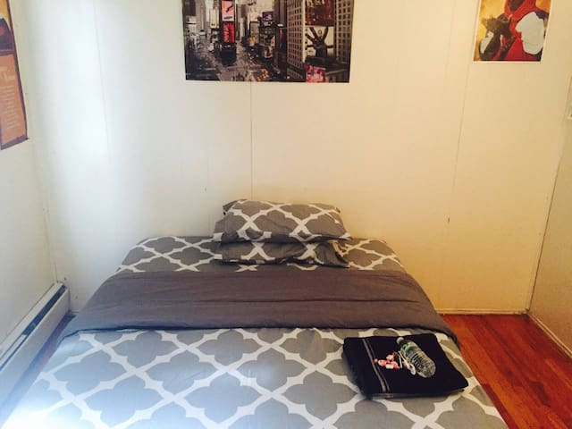 Cheap Large Bedroom w/WorkDesk- 10min to JFK/Mall