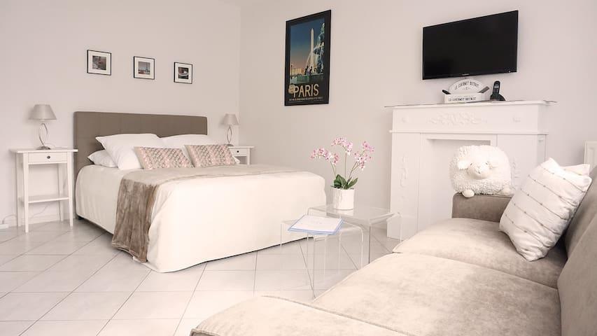 Deux couchages : un lit de 140x190 cm et un canapé convertible de 140x190