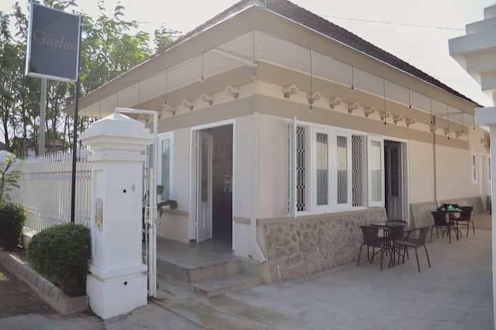 Gadon guest house nyaman dg cafe & resto