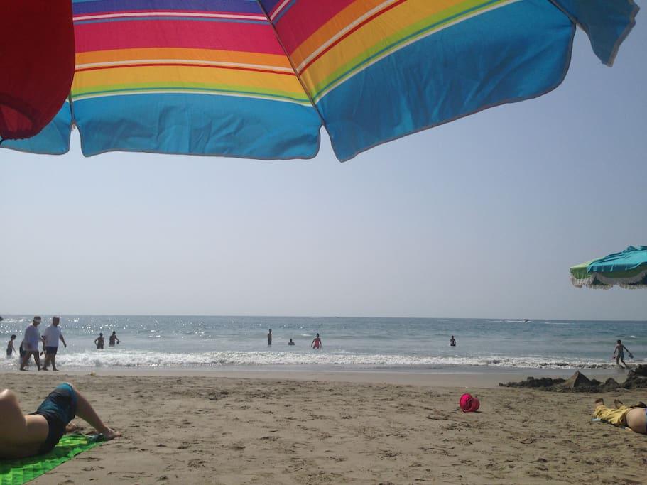 Playa amplia y mar tranquilo