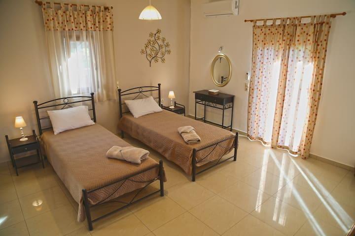 3rd bedroom / twin beds, balcony