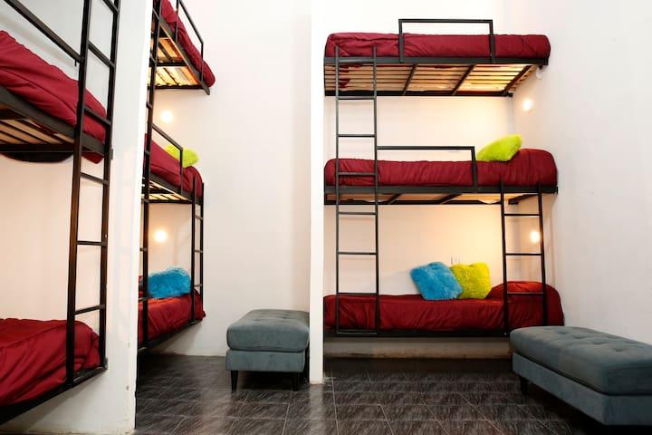 La habitación de 9 personas esta diseñada para combinar espacio y comodidad en un mismo lugar