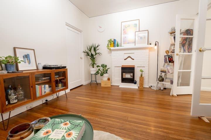 Bright, quiet & creative apartment -Bellevue Hill