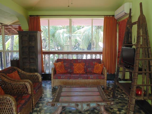 L'Azur studio apartment, Vagator Beach.