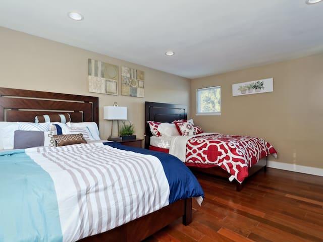 Bedroom 2: 2 queen