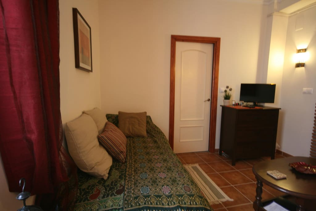 Single bed/additional area to relax