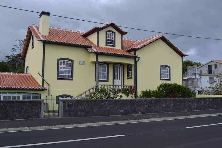 Porto Martins / Piscinas Naturais - Praia da Vitória - Huis