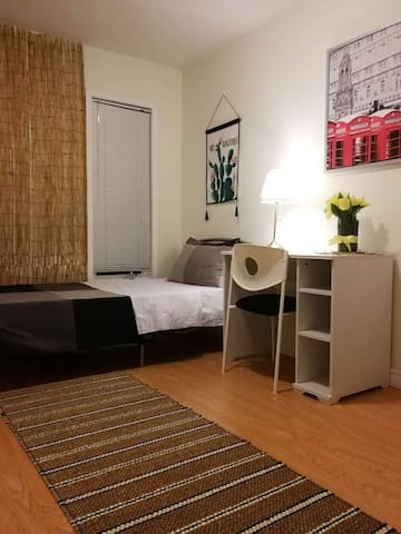 Clean, Bright room@YorkU Village/乾淨,充滿陽光的房間