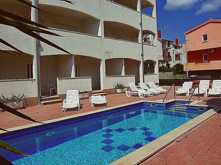 Small building with only 15 apartments with free access to swimming pool and BBQ area