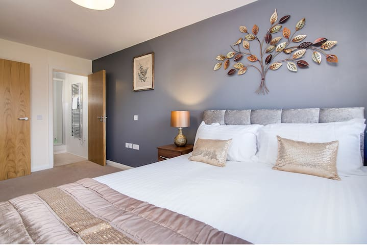 First HouseD- 2 bedroom EnSuite Centre Apartment