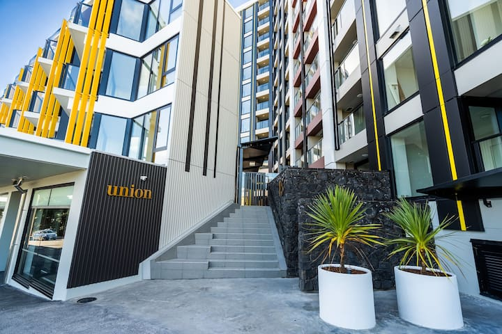 Central Auckland 1 BR Apartment with Pool & Gym