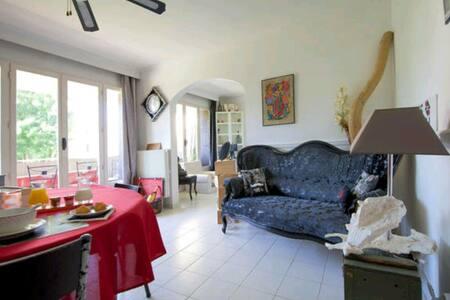 Chambre Simple Dans un chaleureux  appartement