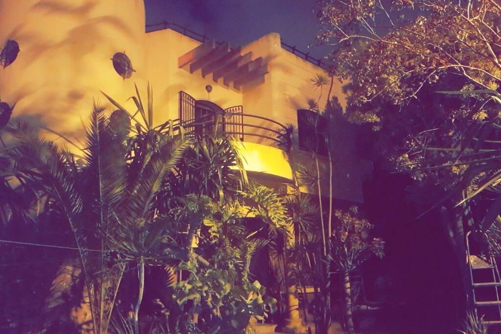 Face de la maison vu de nuit