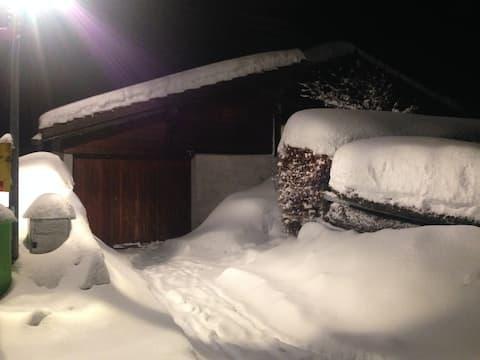 Chalet suisse rénové au calme au centre du village