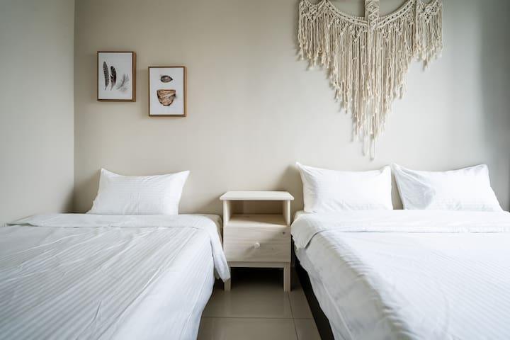 Second room(one standard beds + one single bed)/次臥(一張標準床 + 一張單人床)