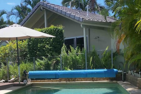 Mooloolaba Bungalow Pool & BBQ walk to Beach 1200M