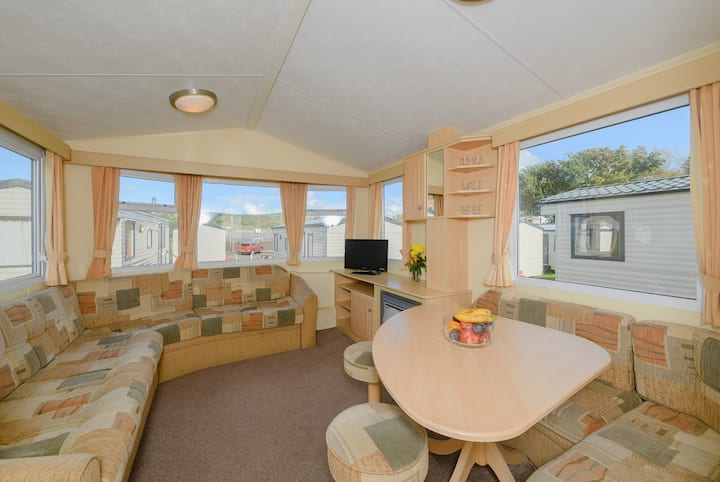 Comfy 2-Bedroom Caravan at Devon Valley