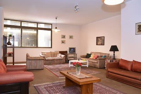 Private Room in BEAUTIFUL Area