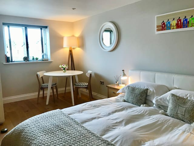 Private room with en-suite, parking and breakfast