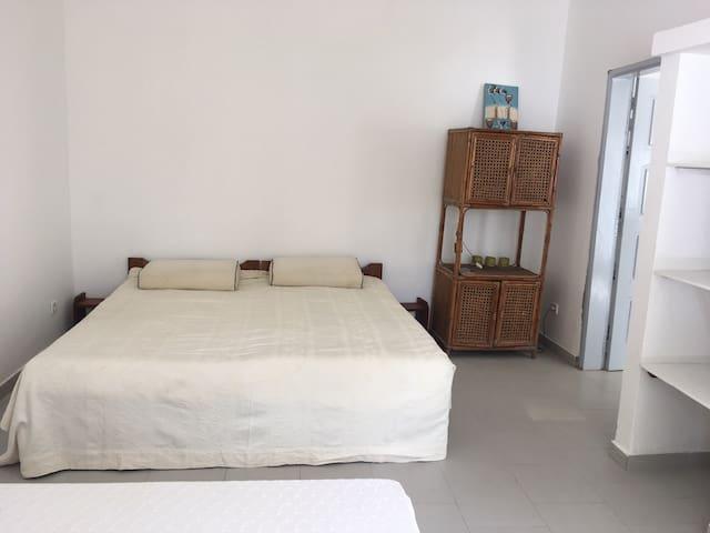 Chambre de la maisonnette avec 1 lit double et 1 lit simple (avec rangements, climatisation et moustiquaire aux fenêtres)