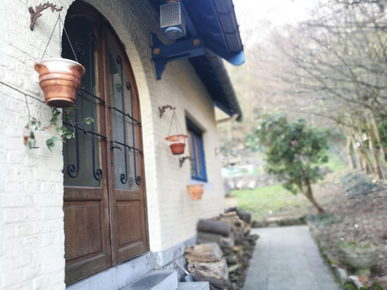 L'entrée de la maison  et l'accès au jardin bordé par le bois de la citadelle.