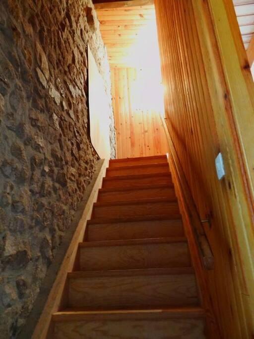 Escalier montant aux deux chambres 1 personne