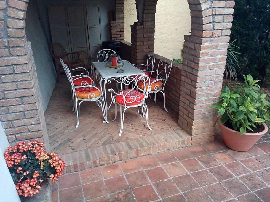Überdachte Loggia am Küchenausgang mit Blick auf den Garten