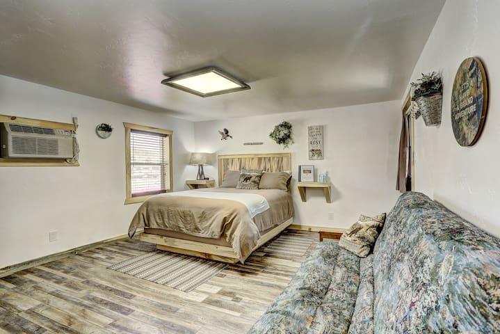 Cascade Lake Inn #6- Studio w/ Queen bed & Futon