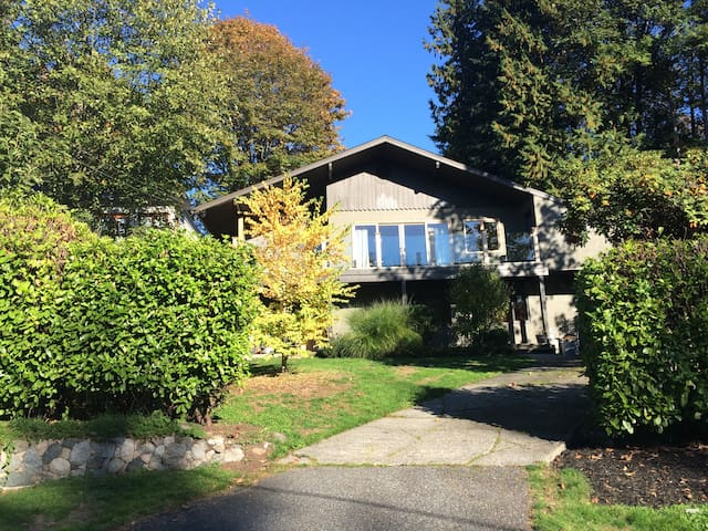 Spacious tranquil home minutes to Vancouver!