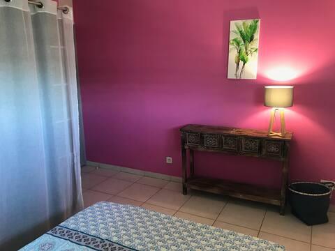 Chambre, salle d'eau privée et vue à Hauts Vallons