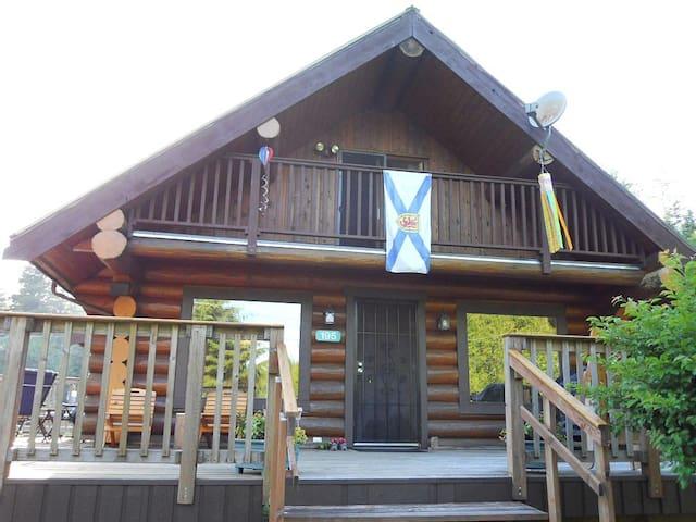 Large Bamfield Cottage steps from the boardwalk - Bamfield - 통나무집