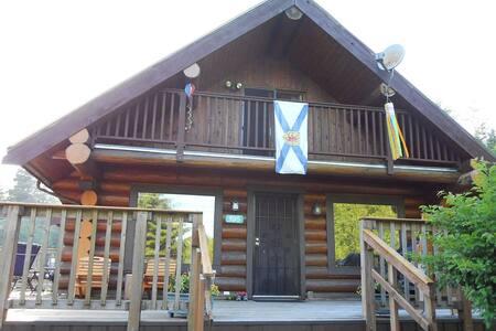 Large Bamfield Cottage steps from the boardwalk - Bamfield