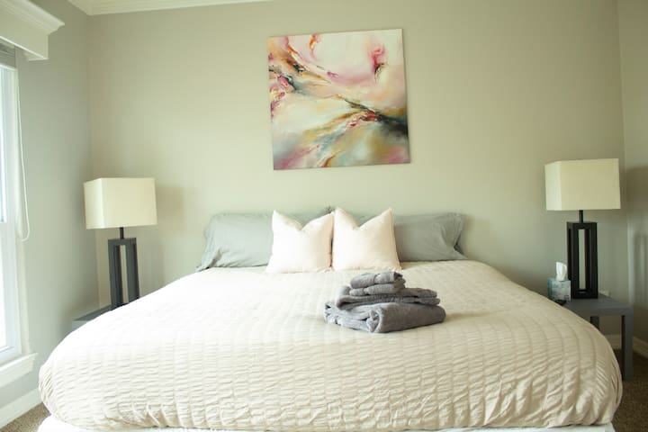 Downtown Private bed+bathroom w/Jacuzzi+Garage+W/D