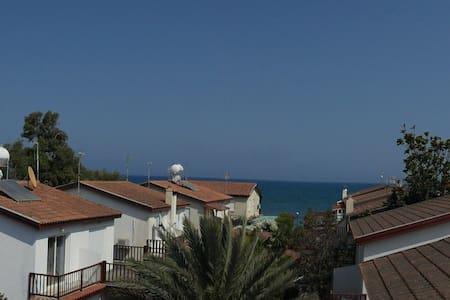 Супер апартаменты 70кв м, 3 комнаты, в 50м от моря - Meneou - Apartment