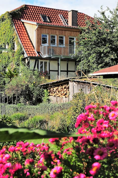 Dachgeschoss-Einliegerwohnung mit großem SE-Balkon und Blick auf die Burg Trendelburg