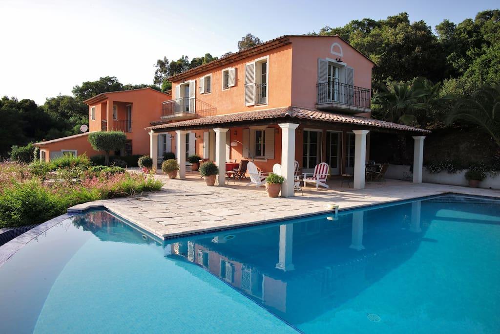 Piscine, terrasse et maison