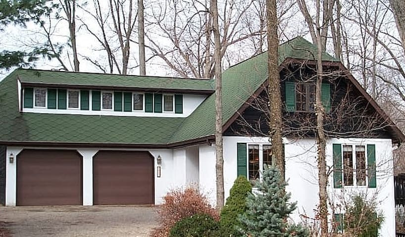 Large custom home 5 minutes from IU Bloomington - Bloomington - Hus